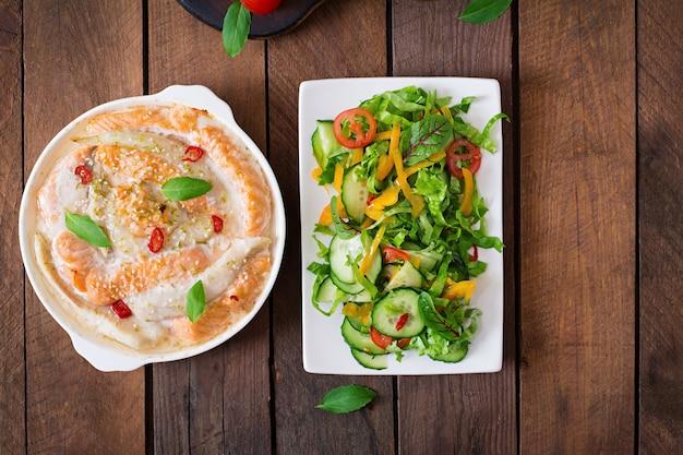 Pieczone plastry czerwonej i białej ryby z miodem i sokiem z limonki, podawane ze świeżą sałatką i miękkim makaronem w bulionie miso