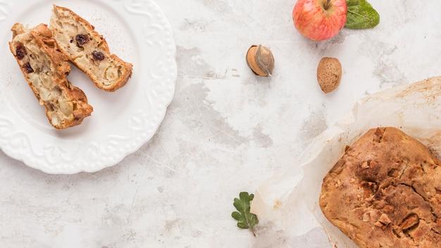 Pieczone plastry deserowe na talerzu