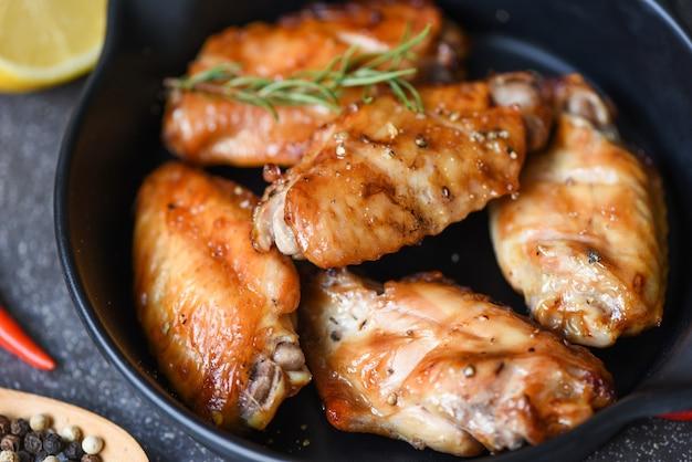 Pieczone skrzydełka kurczaka, sos i zioła i przyprawy gotowanie tajskie azjatyckie jedzenie rozmaryn kurczak z grilla