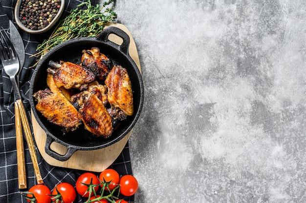 Pieczone skrzydełka z kurczaka glazurowane na patelni