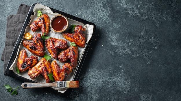 Pieczone skrzydełka z kurczaka w sosie barbecue.