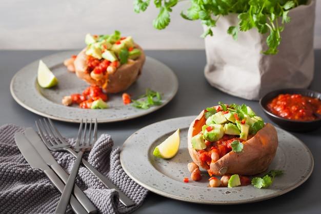 Pieczone słodkie ziemniaki z salsą z awokado chili i fasolą