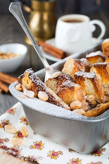 Pieczone tosty z bananami i orzeszkami ziemnymi na starym drewnianym.