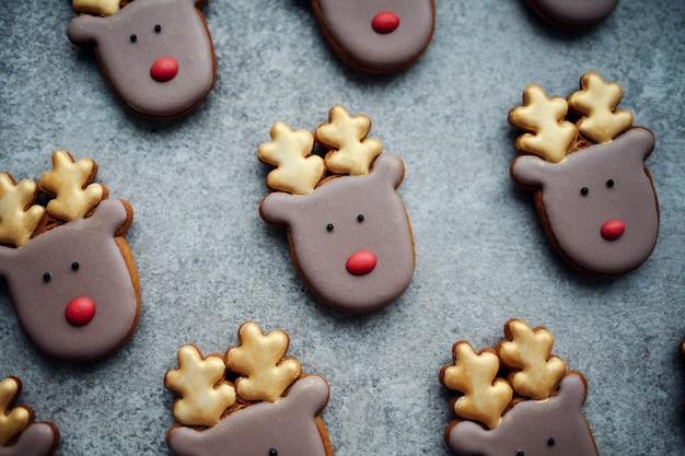 Pieczone tradycyjne świąteczne pierniki domowej roboty.