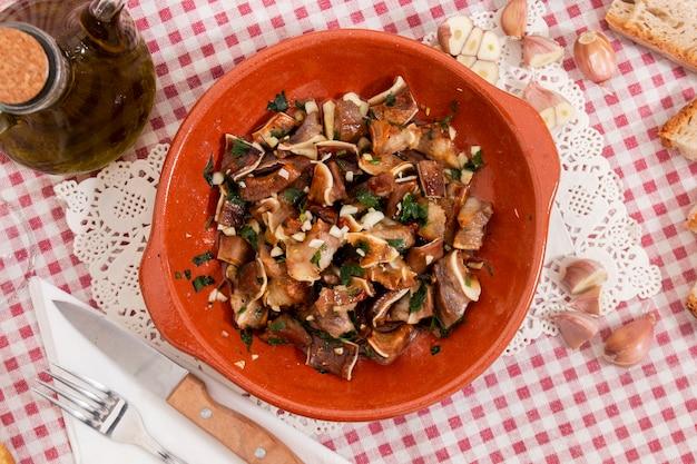 Pieczone ucho świni z czosnkiem i oliwą z oliwek
