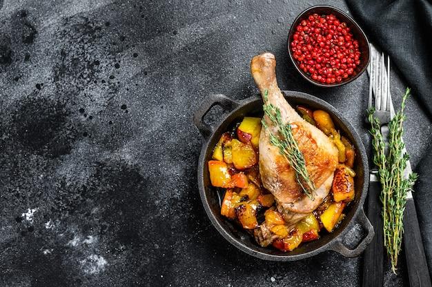 Pieczone udka kacze z pomarańczami, brzoskwinią i przyprawami