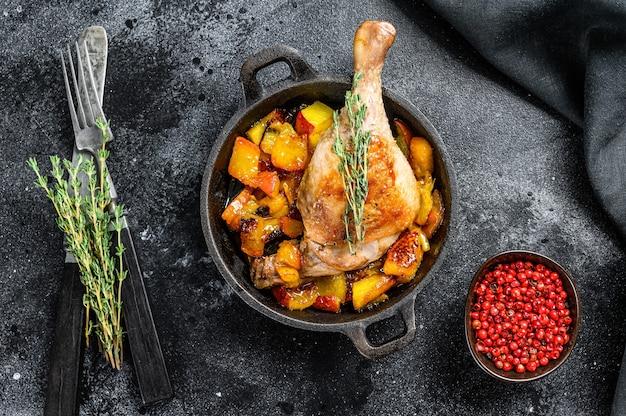 Pieczone udka kacze z pomarańczami, brzoskwinią i przyprawami.