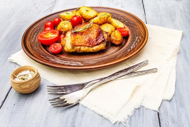Pieczone udka z kurczaka i młode ziemniaki