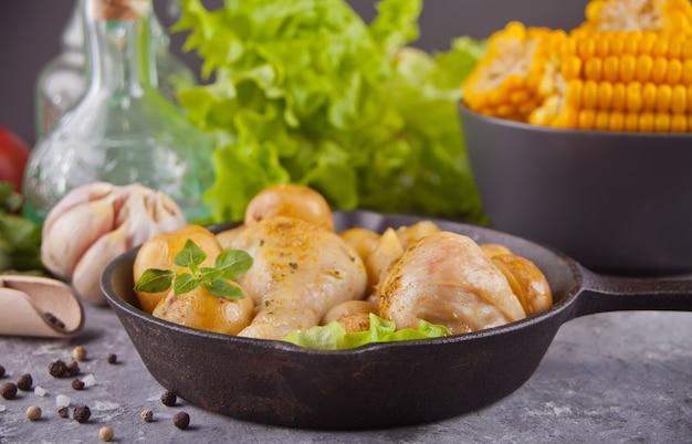 Pieczone udka z kurczaka na czarnej patelni