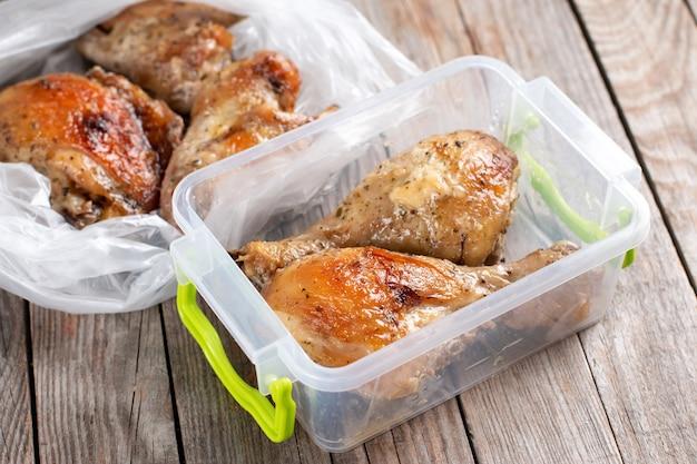 Pieczone udka z kurczaka w pojemniku