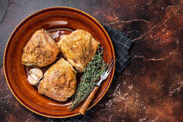 Pieczone udka z kurczaka z przyprawami w talerzu. widok z góry.