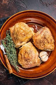 Pieczone udka z kurczaka z przyprawami w talerzu