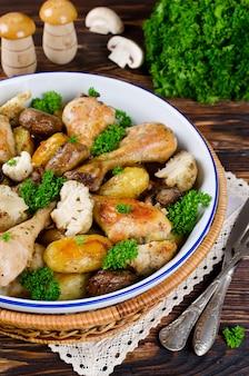 Pieczone udka z kurczaka z ziemniakami, pieczarkami i kalafiorem