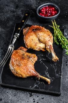 Pieczone udko z kaczki confit z sosem cranberrie