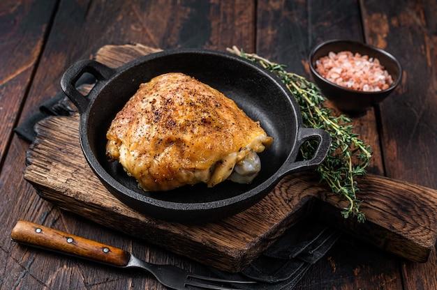 Pieczone udko z kurczaka na patelni z rozmarynem i solą.