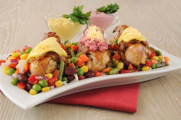 Pieczone udko z kurczaka owinięte w boczek z warzywami i dwoma różnymi sosami