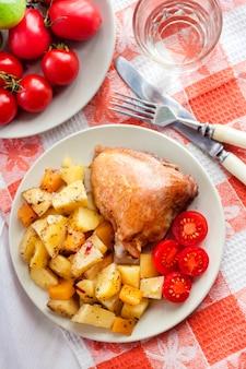 Pieczone udko z kurczaka z pieczonymi ziemniakami i dodatkami dyni