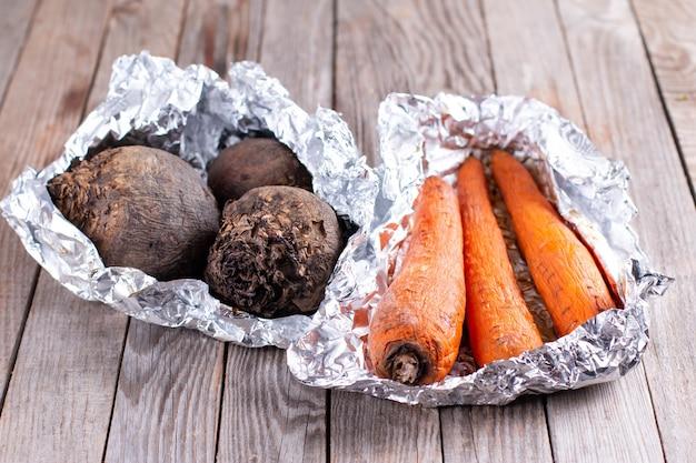 Pieczone warzywa w folii. marchewki i buraki pieczone w folii, zdrowa żywność
