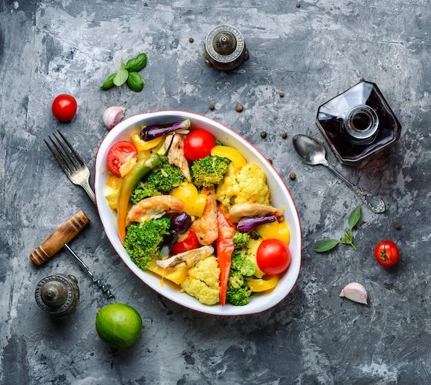 Pieczone warzywa z piersią kurczaka