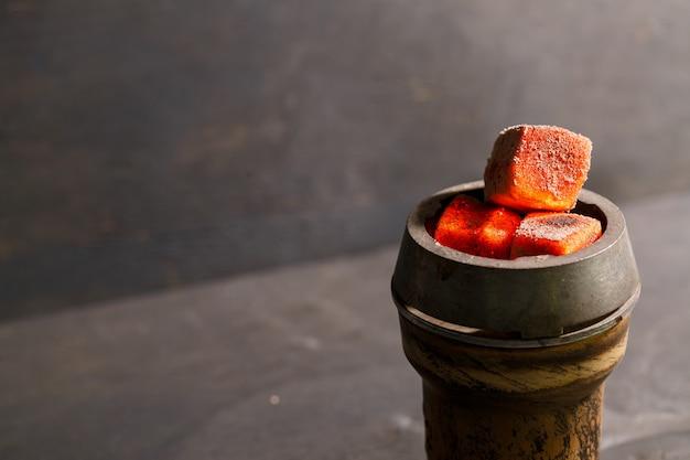 Pieczone węgle w glinianej misce na fajkę wodną