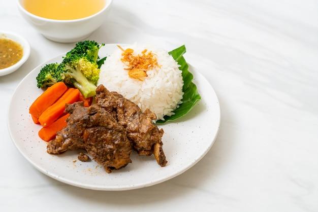 Pieczone żeberka wieprzowe z sosem i ryżem