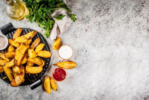 Pieczone ziemniaki smażone z sosami