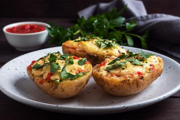 Pieczone ziemniaki w skórce nadziewane serem z czosnkiem i ziołami.