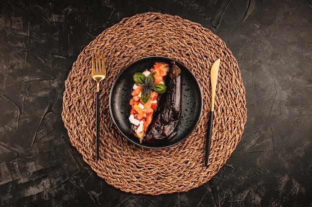 Pieczony bakłażan z sałatką pomidorową, serem feta i bazylią