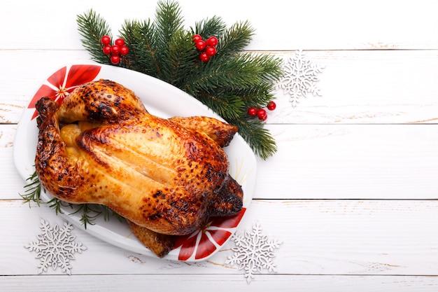 Pieczony cały kurczak faszerowany owocami i warzywami