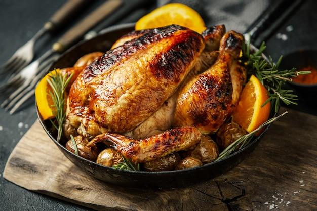 Pieczony cały kurczak z przyprawami na patelni