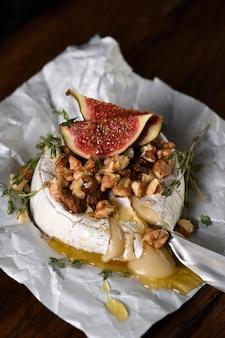 Pieczony camembert z orzechami i figami miodowymi