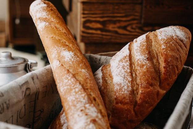 Pieczony chleb z mąką cały smaczny wewnątrz koszyka