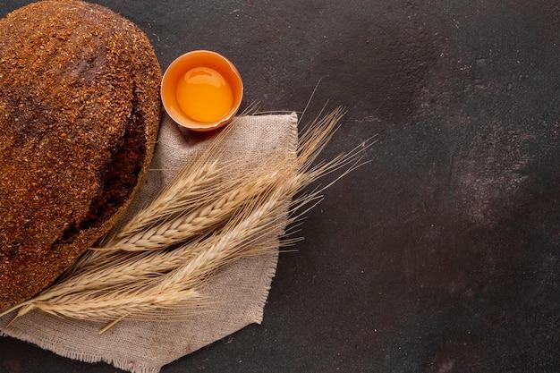 Pieczony chleb z trawą pszenną i jajkiem