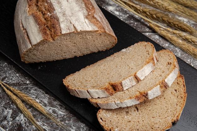 Pieczony chleb żytni na drewnianym stole.
