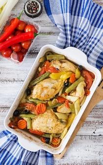 Pieczony, dietetyczny i zdrowy filet z kurczaka z warzywami. widok z góry