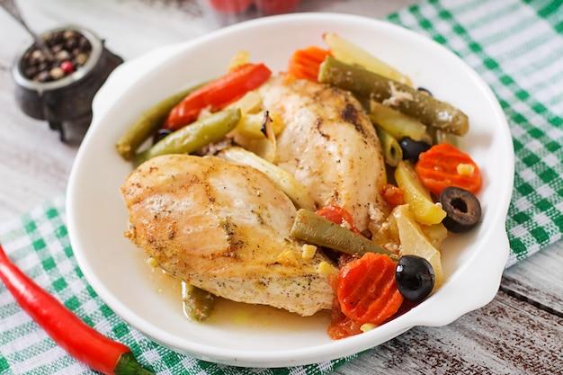 Pieczony, dietetyczny i zdrowy filet z kurczaka z warzywami