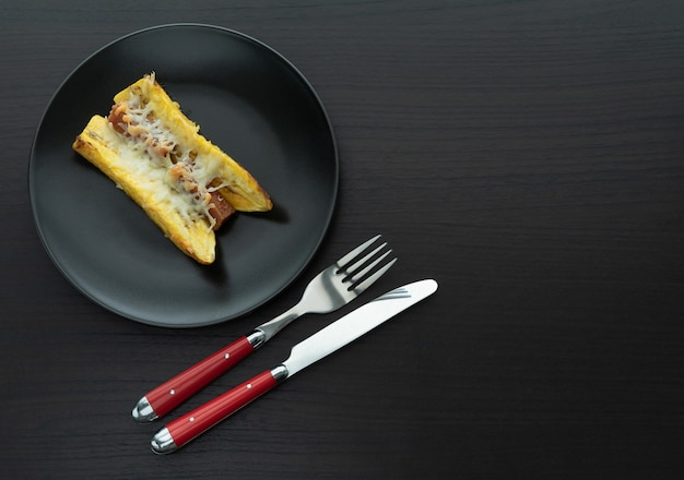 Pieczony dojrzały banan z kanapką z guawy i sera typowe kolumbijskie jedzenie. skopiuj miejsce