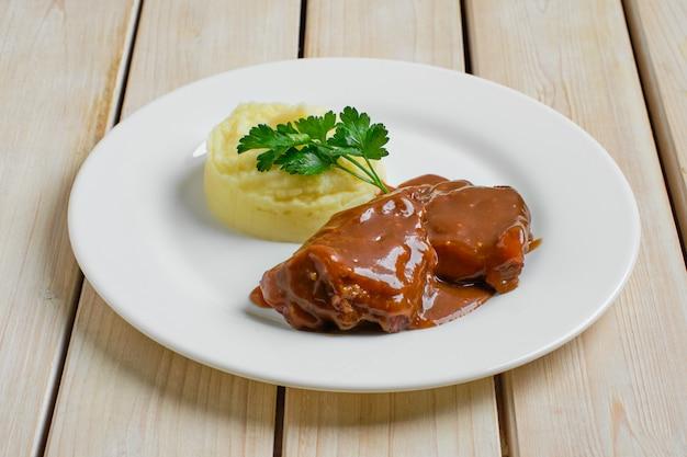 Pieczony filet wołowy z sosem mącznym i puree ziemniaczanym