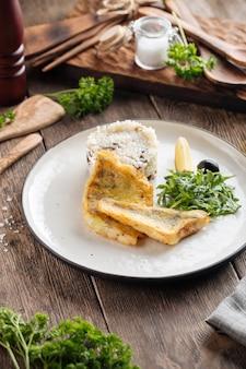 Pieczony filet z białej ryby z ryżem i rukolą