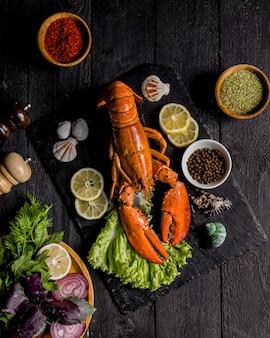 Pieczony homar podawany z warzywami i cytryną