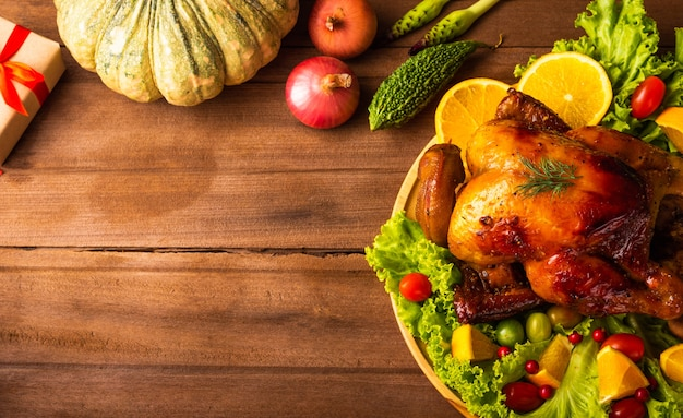 Pieczony indyk lub kurczak i warzywa na święto dziękczynienia