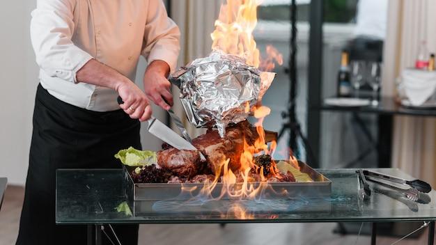 Pieczony indyk na talerzu w ogniu