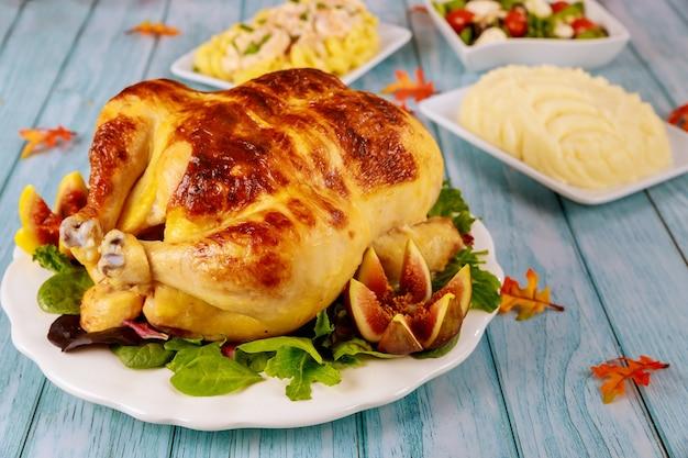 Pieczony indyk przyozdobiony sałatką i puree ziemniaczanym. obiad dziękczynny.