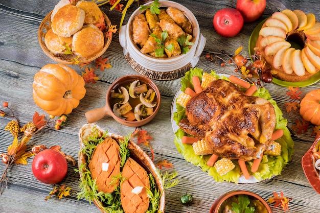 Pieczony indyk przyozdobiony wieloma potrawami na stole.