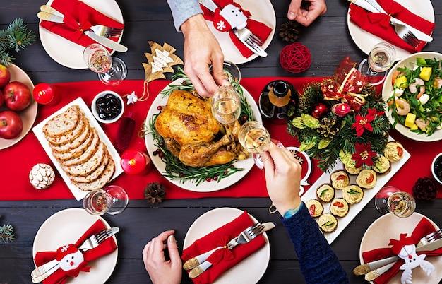 Pieczony indyk. stół świąteczny podawany jest z indykiem, ozdobionym jasnym blichtrem
