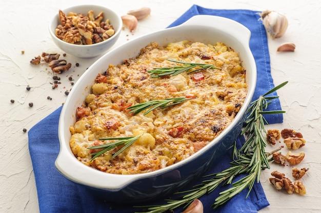 Pieczony kalafior z boczkiem, serem, orzechami, przyprawami i świeżymi ziołami