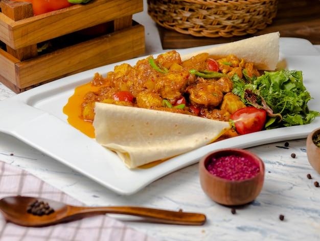Pieczony kalafior z kiełkami, fasolą i sosem pomidorowym i ziołami