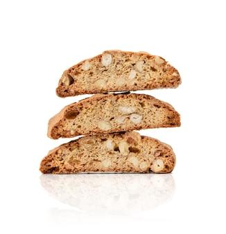 Pieczony kawałek włoskich biscotti migdałowych, ciasteczka cantuccini, tradycyjne włoskie święta bożego narodzenia, suche ciasteczka noworoczne. pieczenia na białym tle