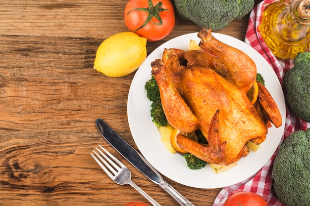 Pieczony kurczak i warzywa na drewnianym stole