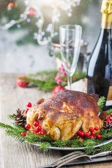 Pieczony kurczak lub indyk na świąteczny obiad i nowy rok z dekoracjami świątecznymi